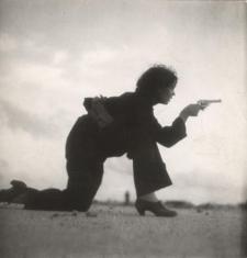 Μια γυναικα, μελος της Πολιτοφυλακης, εκπαιδευεται. ©Gerda Taro, Magnum Photos and the International Center of Photography.