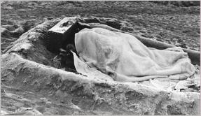 κατάλυμα στην άμμο στην Argelès-sur-Mer. © Robert Capa, Magnum Photos and the International Center of Photography