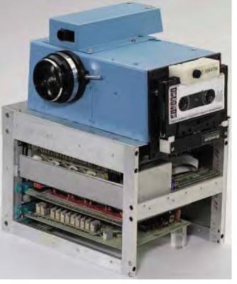 Kodak 1975 η πρώτη ψηφιακή μηχανή. η εικόνα κατεγράφετο στην κασέτα ήχου στο πλάϊ