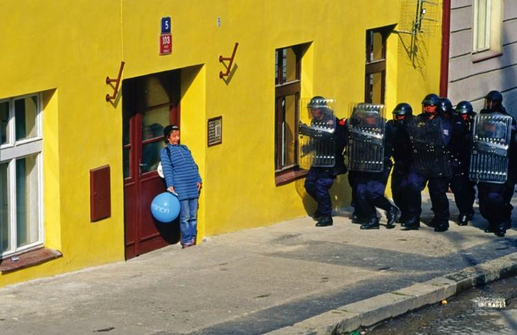 stuart freedman άνοιξη 2000 μεθυσμένη διαδηλώτρια προσπαθεί να κρυφτεί σε μια πόρτα καθώς γίνεται έφοδος των ΜΑΤ κατά τη διάρκεια των διαδηλώσεων γύρω από την Παγκόσμια Τράπεζα