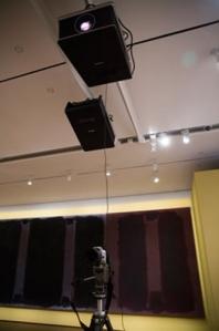 Μια ψηφιακή φωτογραφική μηχανή τραβάει φωτογραφίες των πινάκων στη νέα γκαλερί. Η εικόνα συγκρίνεται στη συνέχεια με την αποκατεστημένη φωτογραφία του πρωτοτύπου. (φωτογραφία Stephanie Mitchell)