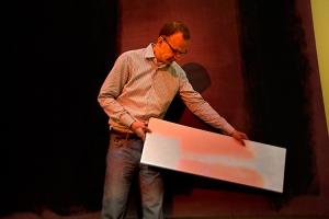 Ο Jens Stenger κρατά ένα λευκό χαρτόνι επιδεικνύοντας τη μη επεμβατική ψηφιακή προβολή σε ένα από τα κατεστραμμένα έργα ζωγραφικής του Μαρκ Ρόθκο