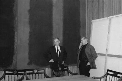 O John Coolidge και o Rothko (δεξιά) μπροστά από τους πίνακες Δύο και Τρία των επιτοιχίων του Χάρβαρντ. (Φωτογραφία Elizabeth H. Jones)