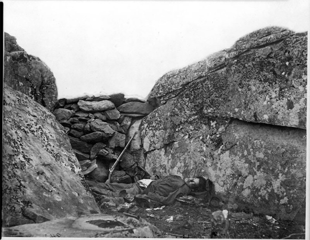 'Devil's Den' Ο πρώτος διδάξας. Ο φωτογράφος Alexander Gardner ο οποίος κατέγραφε φωτογραφικά τον Αμερικανικό εμφύλιο, φέρεται να σκηνοθέτησε αυτή την φωτογραφία μεταφέροντας από άλλο σημείο το πτώμα του στρατιώτη της Ένωσης.