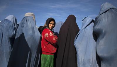 Φωτογραφία του Ahmad Masood, που χρησιμοποιήθηκε σαν εικονογράφηση σε άρθρο σχετικά με τους γάμους ανηλίκων κοριτσιών ανάμεσα στους μουσουλμάνους. Λυπημένη, θυμωμένη και ίσως φοβισμένη.*3