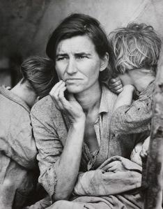 """φωτογραφία της Dorothea Lange. Η λεζάντα έγραφε: """"Επτά πεινασμένα παιδιά. Ο πατέρας είναι Καλιφορνέζος. Άποροι σε καταυλισμό εργατών ... λόγω της αποτυχίας της πρώιμης συγκομιδής μπιζελιών. Αυτοί οι άνθρωποι είχαν μόλις πωλήσει τα ελαστικά τους για να αγοράσουν τρόφιμα"""".*4"""