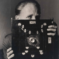 bill-brandt-with-his-kodak-wideangle-camera-laelia-goehr-1945-© alexander-goehr