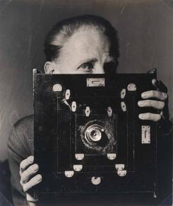bill-brandt-with-his-kodak-wideangle-camera-laelia-goehr-1945-© alexander-goehr