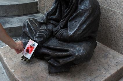 αφήνοντας μια φωτογραφία σε ένα άγαλμα