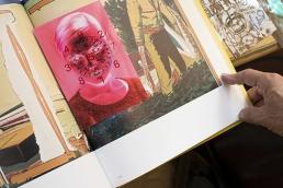 φωτογραφία που τοποθετήθηκε σε ένα βιβλίο τέχνης στο βιβλιοπωλείο Strand του Μανχάταν.