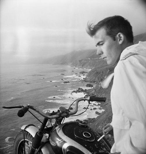 αυτοπορτραίτο, στο Big Sur επάνω σε μηχανή c. 1960s. Courtesy M+B Art