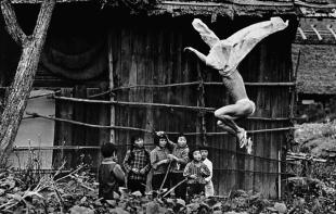 Eikoh Hosoe, Kamaitachi 17, 1965, α/μ φωτογραφία © Eikoh Hosoe — Courtesy galerie Jean-Kenta Gauthier, Paris