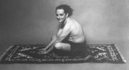Urs Lüthi, αυτοπορτραίτο, 1976, α/μ φωτογραφία © Urs Lüthi, Pro Litteris. Courtesy collection particulère
