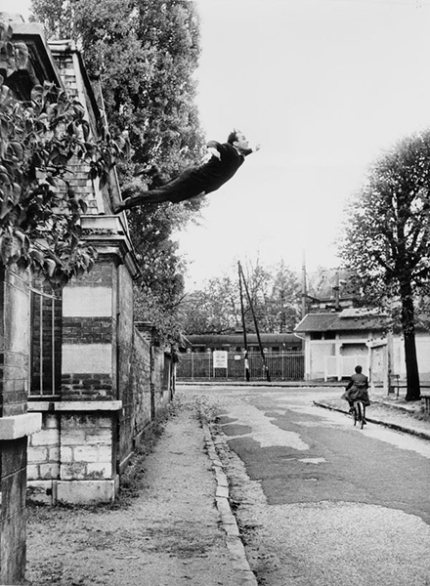 Yves Klein, άλμα στο κενό, 1960, α/μ φωτογραφία. © Succession Yves Klein c/o Adagp, Paris. © Photo Collaboration Harry Shunk and Janos Kender. © J. Paul Getty Trust. The Getty Research Institute, Los Angeles.