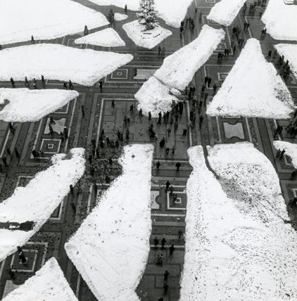 Mario de Biasi, Sagrato di Piazza del Duomo con la neve, Milano (Piazza del Duomo το προαύλιο με χιόνι), 1951