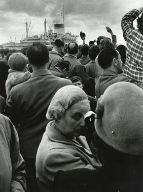 Stefano Robino, Emigranti alla partenza della Cristoforo Colombo, Genova (μετανάστες αναχωρούν με το πλοίο Χριστόφορος Κολόμβος, Γένοβα), 1959