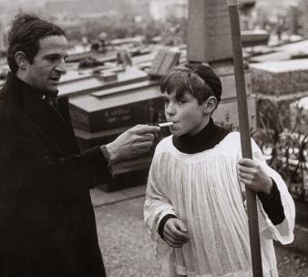 Ο François Truffaut ανάβει τσιγάρο σ'έναν κομπάρσο Jules-et-Jim © Raymond Cauchetier-1962