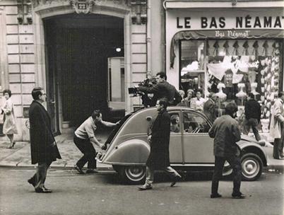 Απαλό Δέρμα (LA PEAU DOUCE) (1964) © Raymond Cauchetier Ο François Truffaut σκηνοθετεί, ο Jean Desailly είναι οπερατέρ Το τράβελινγκ επιτυγχάνεται με την τοποθέτηση της μηχανής στην οροφή ενός Citroën Dyna.