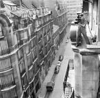 ο οπερατέρ Raoul Coutard κινηματογραφεί το 'Με κομμένη την ανάσα' από μια Παρισινή ταράτσα © Raymond Cauchetier