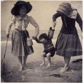 (5) Maurice Denis, δυο κορίτσια στην ακροθαλασσιά παίζοντας με τη μικρή Mandeleine, 1909, © Musée Maurice Denis, France