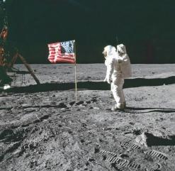 """ο Buzz Aldrin με την αμερικάνικη σημαία να """"κυματίζει"""" σε μηδενική ατμόσφαιρα © NASA"""