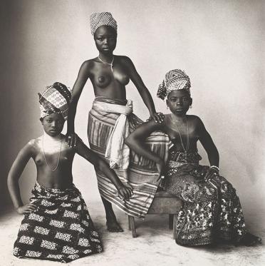 Τρία κορίτσια της Δαχομέης, η μία όρθια