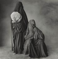 δυο γυναίκες Rissani η μια κρατάει ψωμί η άλλη παιδί, Μαρόκο