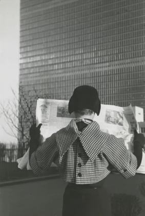 Frances McLaughlin-Gill, Nan Martin, Street Scene, First Avenue, 1949. © Estate of Frances McLaughlin-Gil.