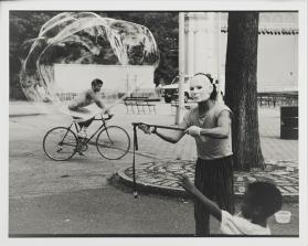 Shawn Walker, Man with Bubble, Central Park c. 1960-1979 © Shawn Walker